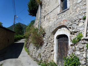Quelques portes et escaliers dans le village