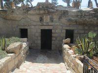 Bethlehem. En haut, le lieu de l'Annonciation. Toutes les grottes de l'époque ont été recouvertes d'églises ou de chapelles. Là où l'on voit un homme se prosterner se situe dans l'église de la Nativité. C'est sensé être là où se situait l'étable où Jésus est né. En bas à droite, lors du massacre des innocents, Marie s'est cachée dans une grotte pour protéger Jésus. Des ces trois lieux à visiter à Bethlehem, c'est ce dernier dans lequel les énergies sont les plus fortes, assez peu voire pas du tout dans les autres endroits.