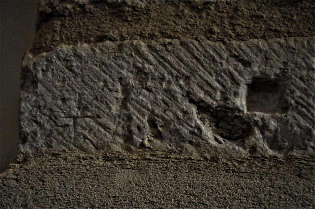 Les pierres du château dans l'église (7 photos)