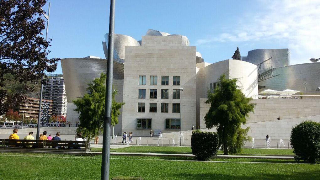 Nos troisièmes sont bien arrivés à Bilbao, et déjeunent devant le musée Guggenheim Bilbao, musée d'art moderne en pays basque espagnol. https://www.guggenheim-bilbao.eus/fr/le-batiment