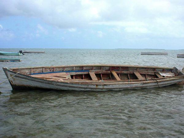 Les pirogues traditionnelles et modernes, barques de l'anse Mourouk.