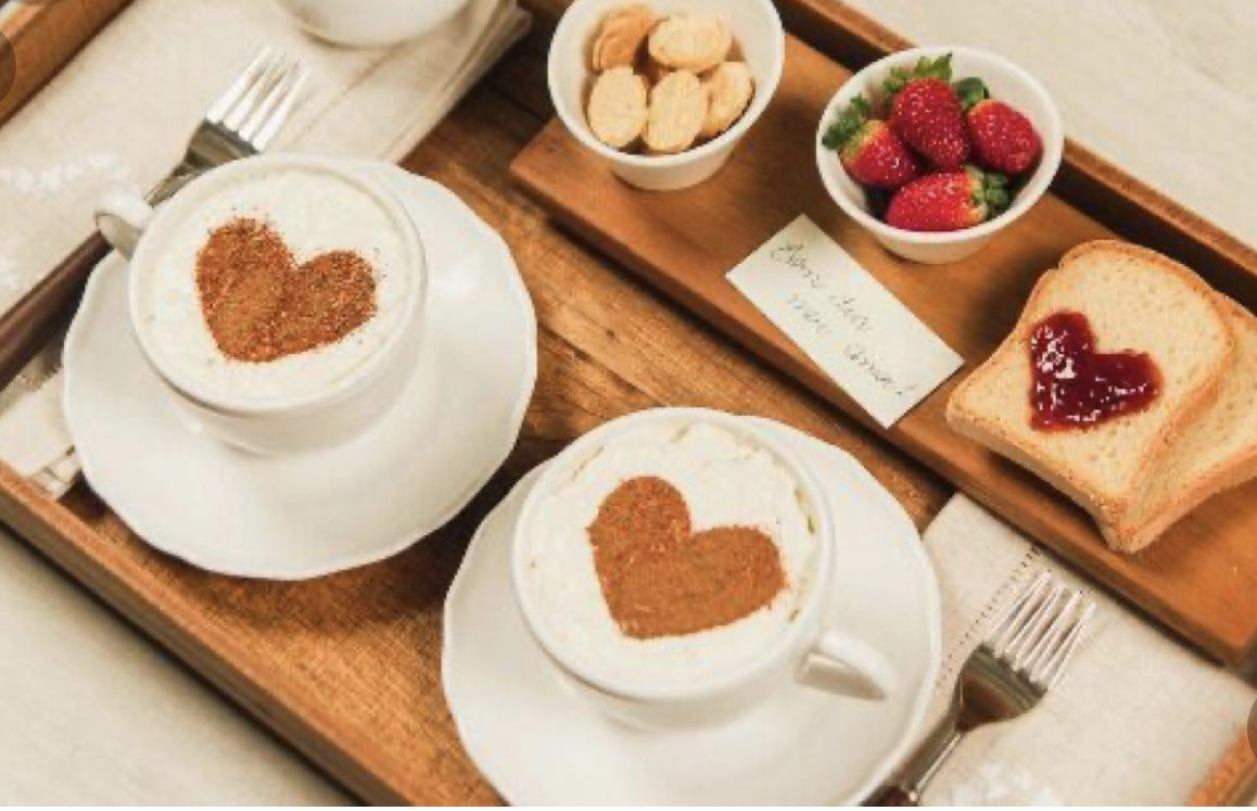 Coeurs sur café et toast