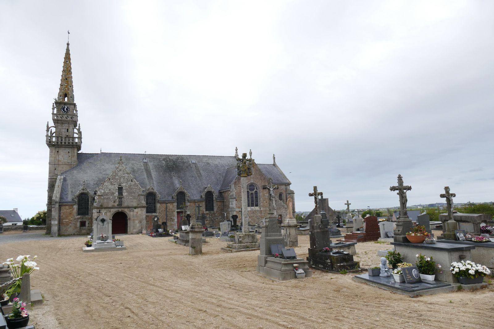 Le cimetière de l'église de Plougoulm. Photographie lavieb-aile juin 2021.