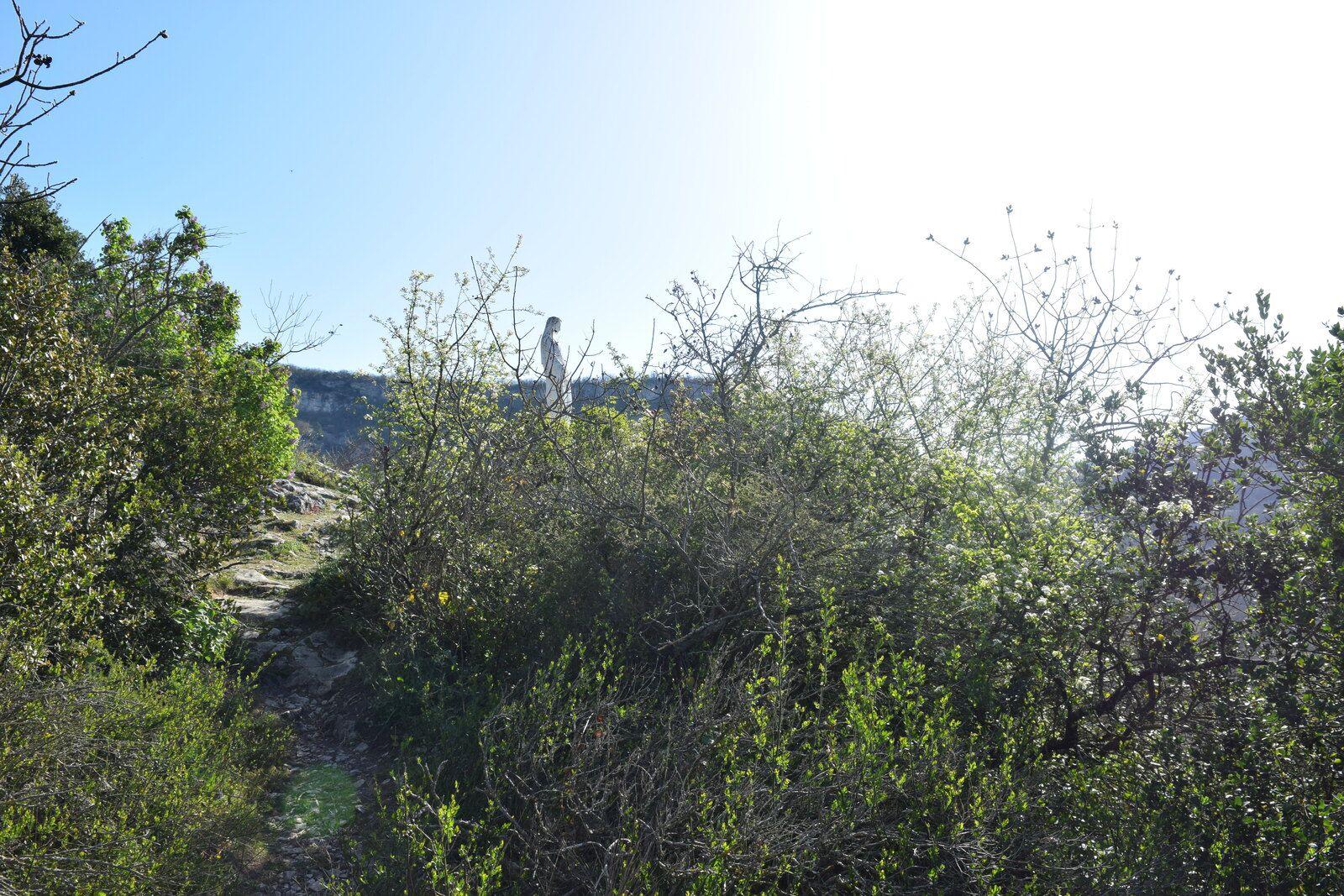 """Un petit """"crapahutage"""" et nous y sommes, accès bien plus aisé que celui de la vierge de la colline de Mours-Saint-Eusèbe, ou j'en avais bavé pour arriver au sommet, elle se méritait celle ci."""