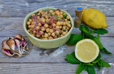 Salade marocaine: pois chiches, coriandre, menthe, pickles d'oignons