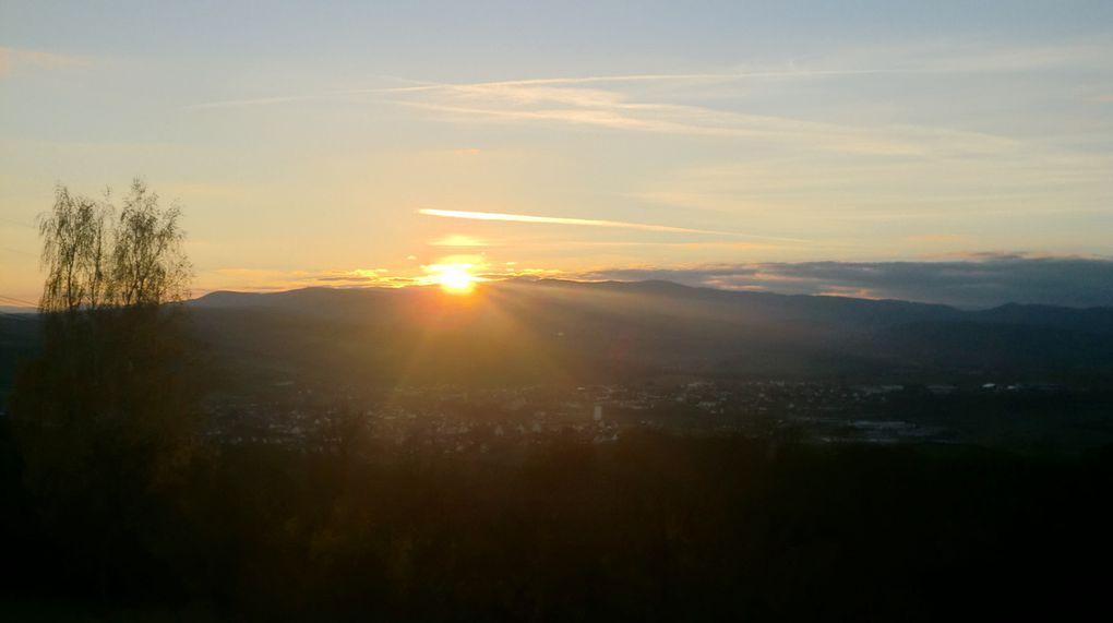 Wasselonne dans le soleil couchant de ce mois de novembre, avec les crêtes vosgiennes, du Schneeberg au nord, au massif du Donon au sud en passant par le Rocher de Mutzig.