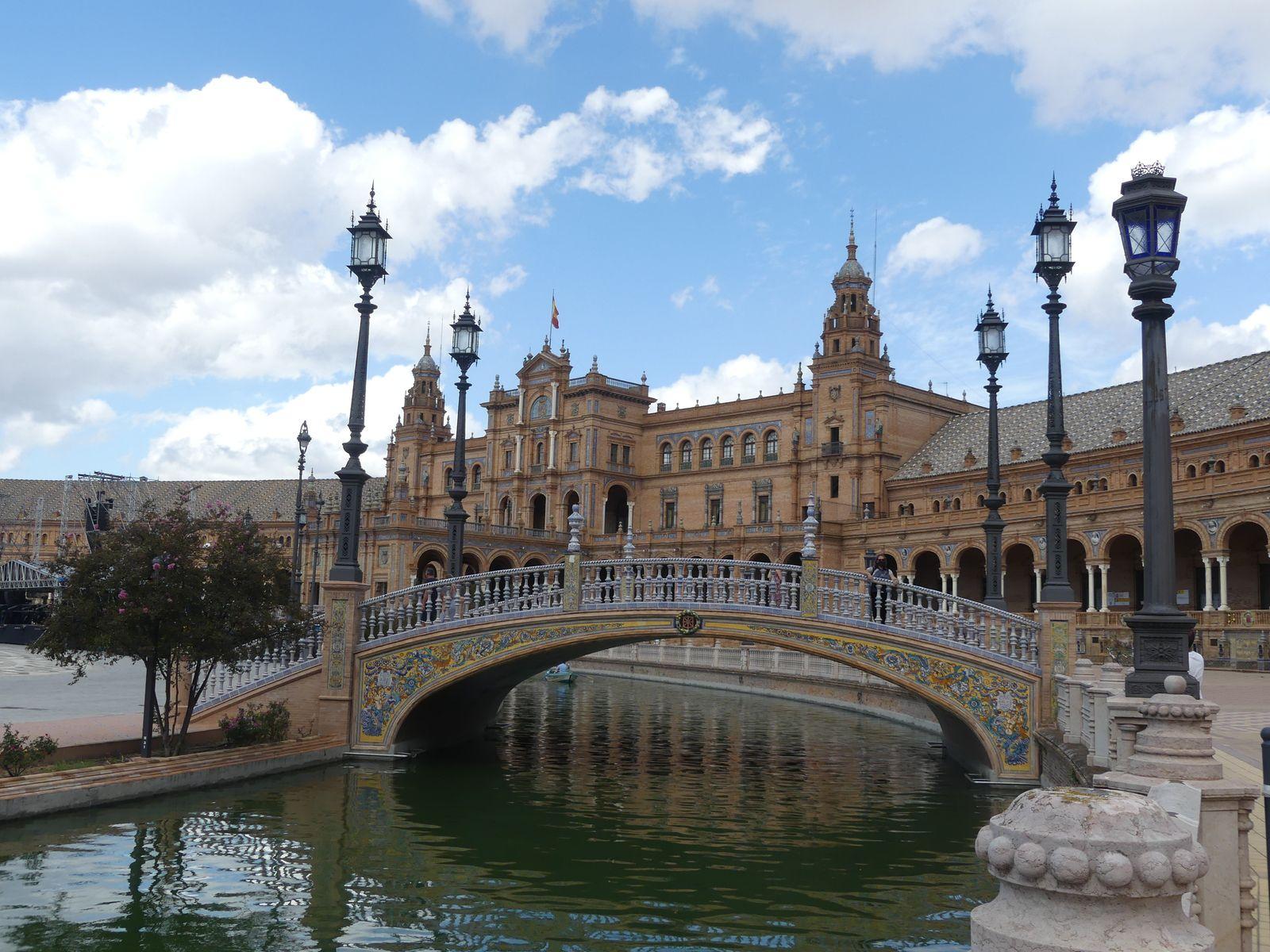 La place de l'Espagne. Construite pour l'exposition américaine de 1929. C'est vraiment magnifique avec des petits ponts comme à Venise et plein plein de colonnes.