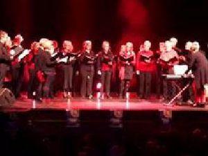 Ce concert nous était proposé par l'association Rétina en Ondaine présidée par Christiane Billard. Mention spéciale pour chœurs Ondaine dirigés par Geneviève Dumas et la chorale de l'école Waldeck Rousseau.