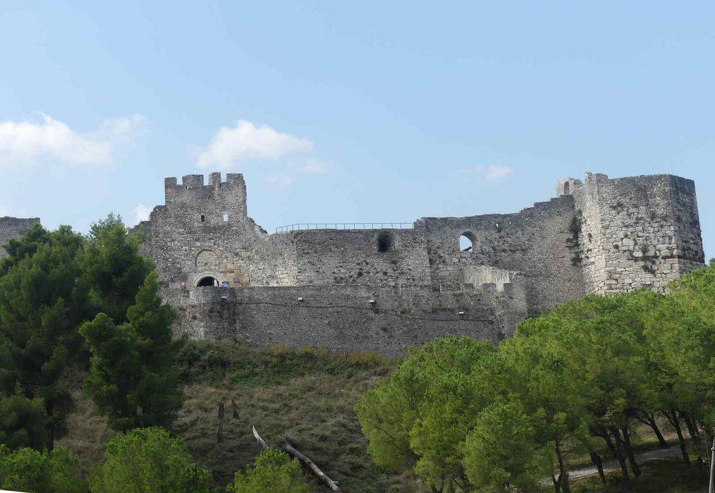 Berat, sa forteresse qui domine le quartier de Magalem et qui est une ville dans la ville