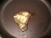 1 - Mettre le riz à cuire dans un casserole d'eau suivant indications sur le paquet. Pendant ce temps, décortiquer les gambas et les couper en morceaux (en garder 3 entières pour la décoration). Couper 2 fines tranches dans le milieu du citron (pour la décoration) et zester le reste du citron vert. Faire revenir les noix de pétoncles dans une poêle avec du beurre, les laisser dorer environ 1 mn sur chaque face, réserver.