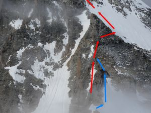 Topo (grossier) du Ciarforon. En rouge l'itinéraire décrit dans les topos, en bleu le couloir du gardien. Attention, nous nous sommes arrêtés assez tôt, donc topo théorique, dessiné selon ce que nous avons compris des indications du gardien.