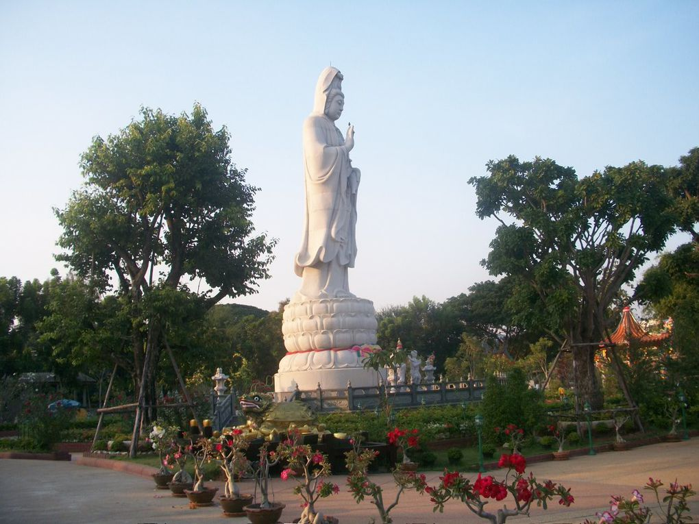 Thaïlande : Kanchanaburi.Wat vihan guang im