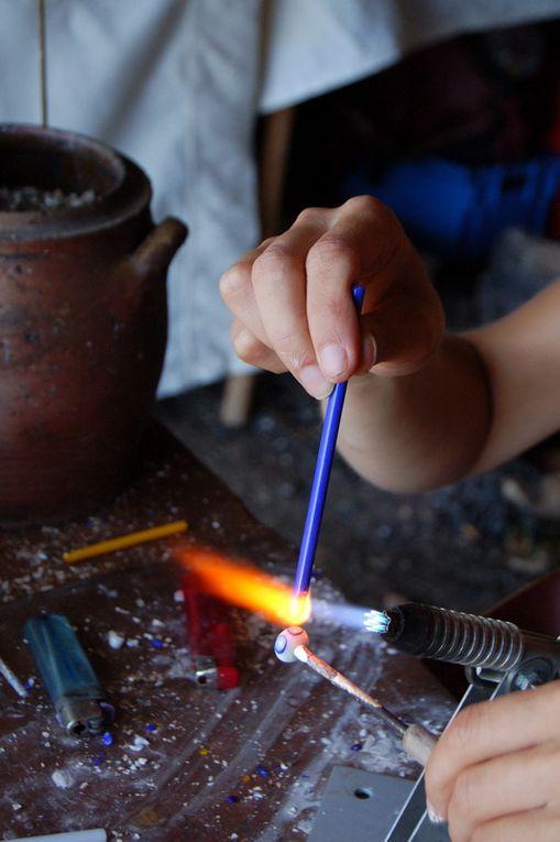 Gros plans sur les gestes de l'artisan et de l'apprenti