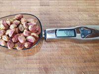 3 - Pendant ce temps concasser grossièrement les pistaches et noix de cajou. Disposer les brisures à plat sur du papier alu.