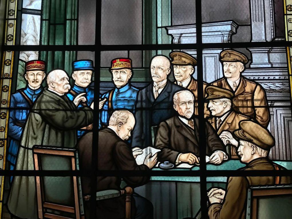 la salle du commandement unique de l'Hôtel de Ville de Doullens. Elle vit se réunir : Raymond Poincaré, le Président du Conseil et Ministre de la Guerre : Georges Clemenceau, le Ministre de l'Armement : Loucheur, le Général Pétain ; le Maréchal Haig (commandant en chef des armées anglaises), Lord Miner (représentant du gouvernement Anglais), les généraux anglais Wilson, Lawrence et Montgomery, le général Foch (chef d'État Major de l'armée française) et son adjoint le Général Weygand.