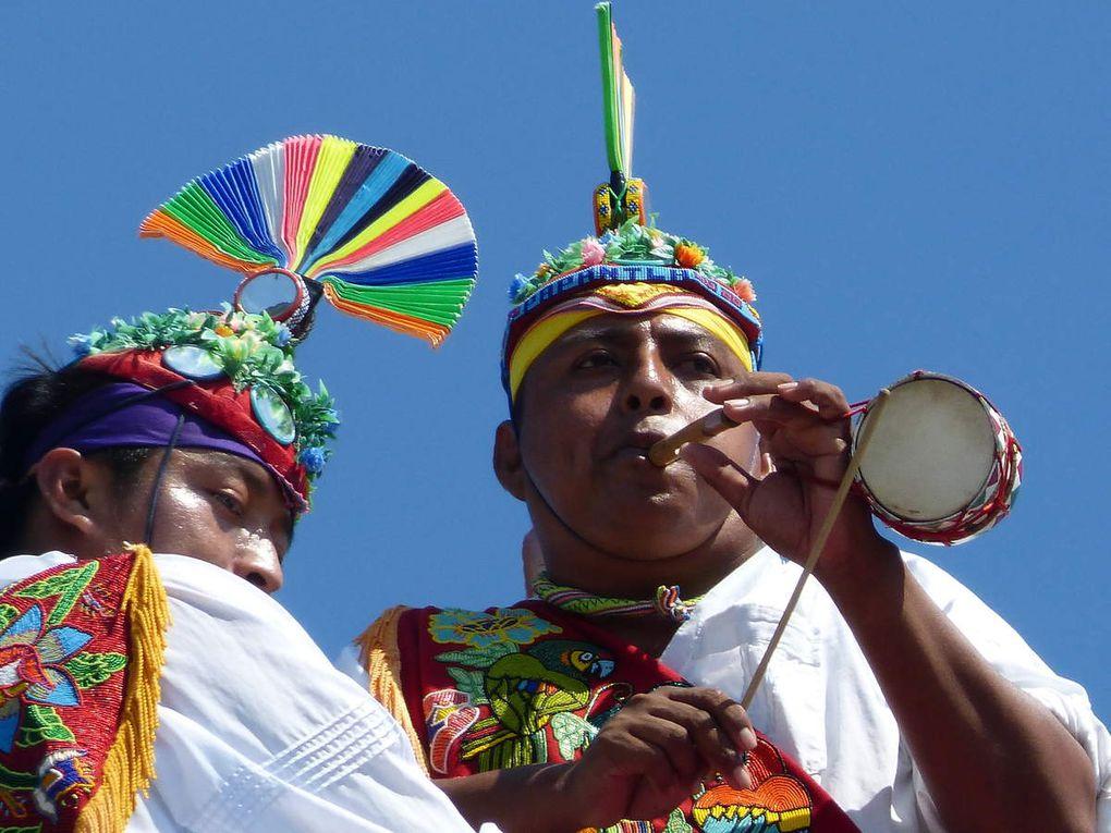 Le musicien de sa flûte et son tambourin joue des airs en l'honneur du soleil, des 4 vents et de chacune des directions cardinales.