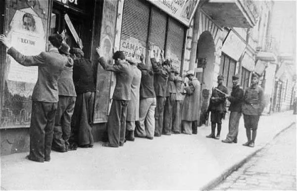 Une arrestation de juifs dans les rues de Iași, le 29 juin 1941. © Cartea Neagră/Wikimedia