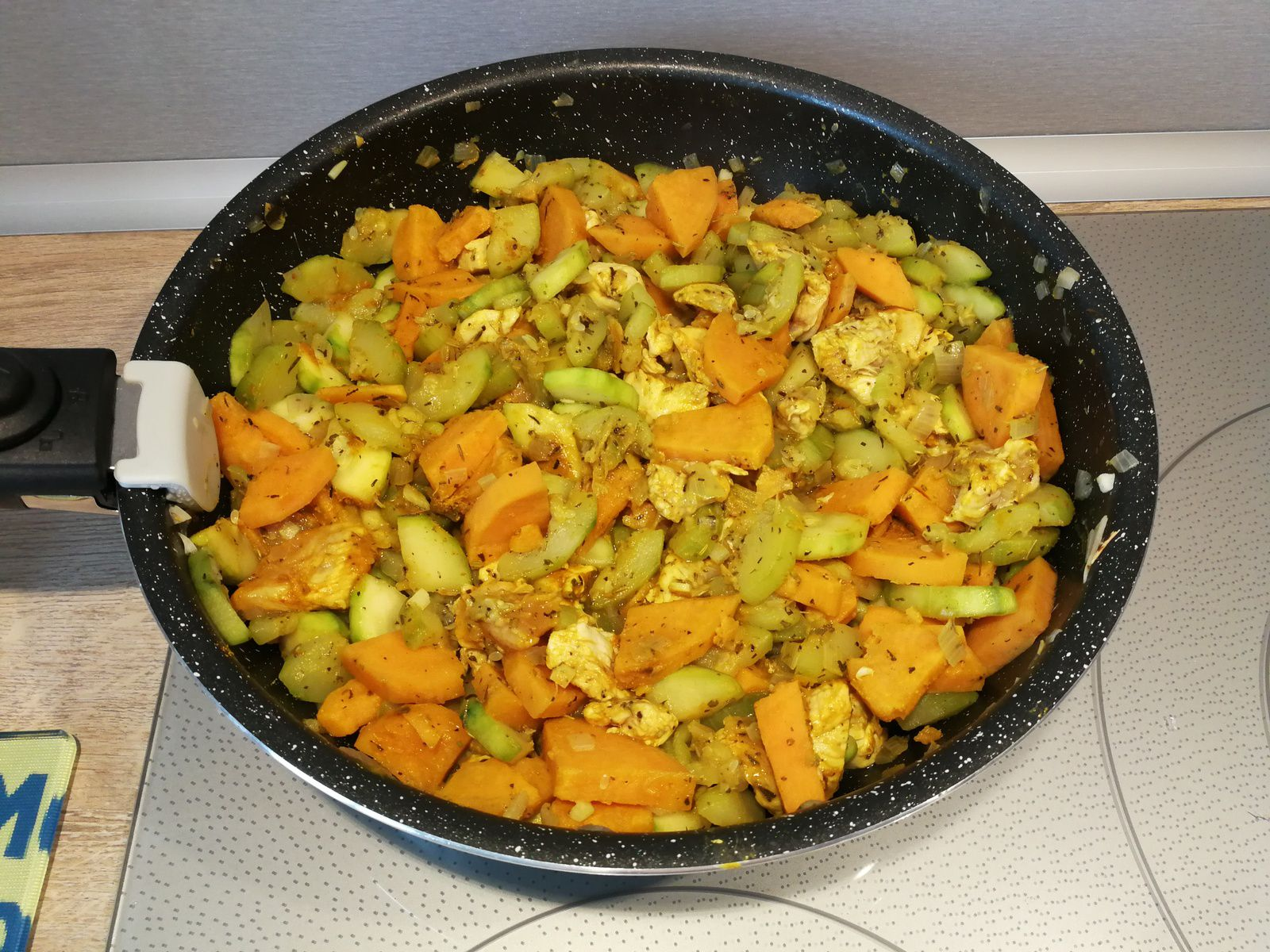 Poulet au curry, courgettes & patate douce