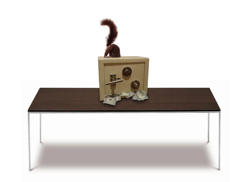 Titre:Ecureuil sur coffre-fort Sous-titre: To Mister Bertrand Lavier ghyslain bertholon / mai 2014 Taxidermie, acier et billets de banques dimensions: 28X30X46cm