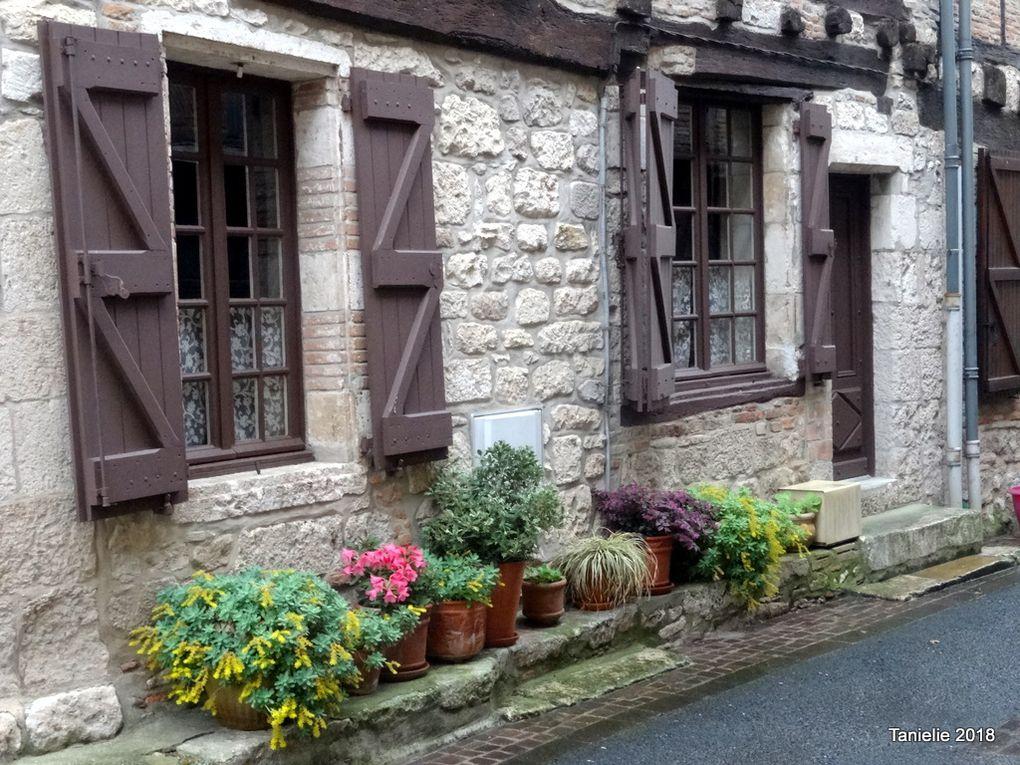 Castelnau de Montmiral, des arcades et un pilori  (Tarn)