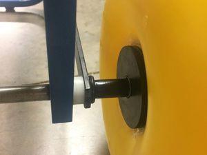 Un convertisseur de gond retaillé et une rondelle inox permettent de bien caler la roue sur l'axe.