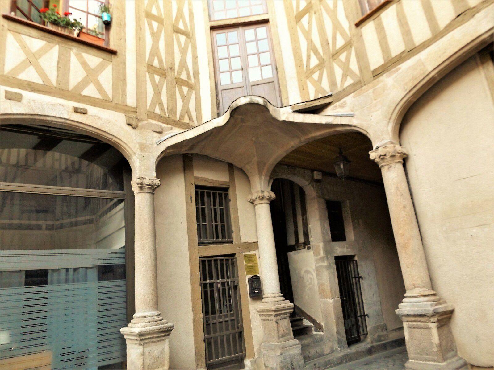 L'ancien Hôtel Particulier de la Peyrière à Limoges avec sa belle cour et sa porte cochère monumentale