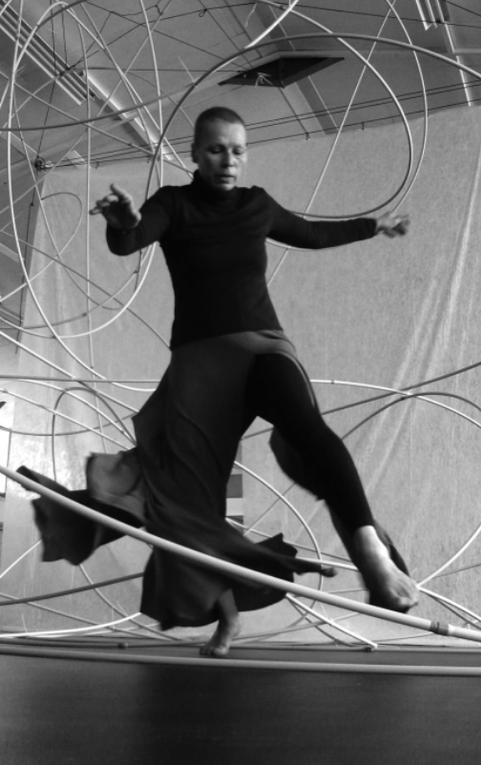 création d'un spectacle avec la danseuse Mylène Riou. Scénographie en tube pvc et graphisme vidéo-projeté en live.