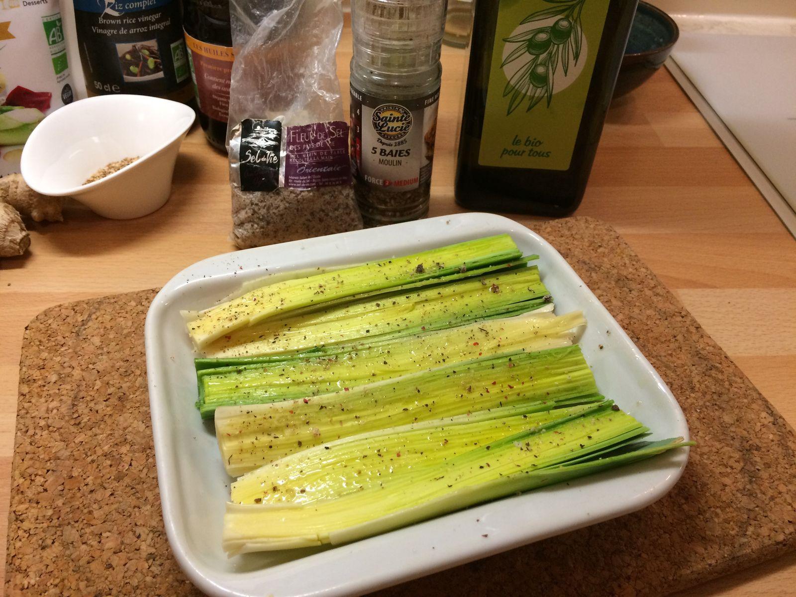 On fend en deux les blancs lavés et séchés, et on badigeonne de 2 à 3 cuillères à café d'huile d'olive avec le dos d'une petite cuillère. L'huile va pénétrer entre les couches. J'en ai mis moins que dans la recette, et j'en ai remis en milieu de cuisson. Puis on sale et on poivre. On enfourne tel quel, sans couvrir. J'ai mis 30 mn à 160°C (contre 20 mn à 180°C dans la recette), en remettant de l'huile d'olive au bout de 15 mn.