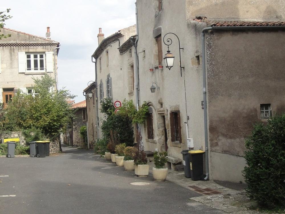 Ancienne cité médiévale, bâtie sur une coulée de lave entre les gorges de la Monne et la vallée de la Veyre.
