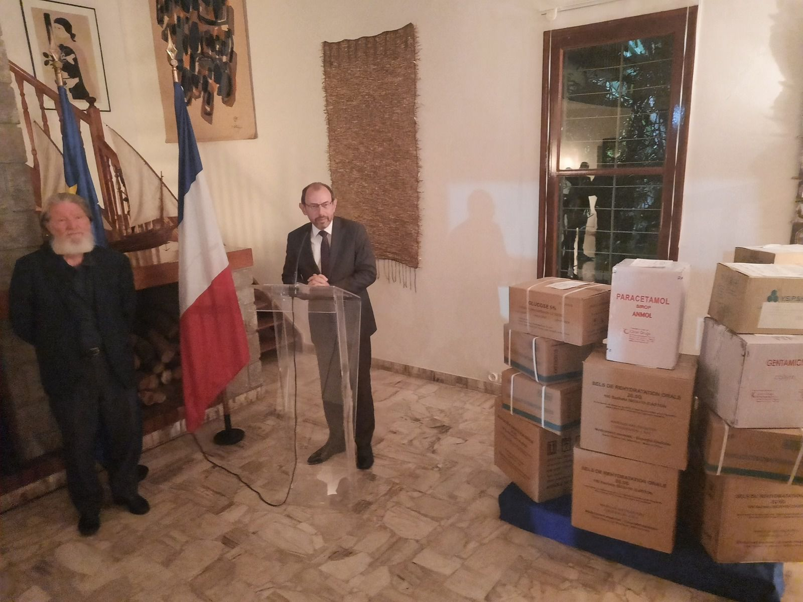L'Ambassadeur à Madagascar a fait un don de médicaments destinés aux dispensaires du père Pedro (Reproduction de la photo de l'ambassade interdite sans autorisation).