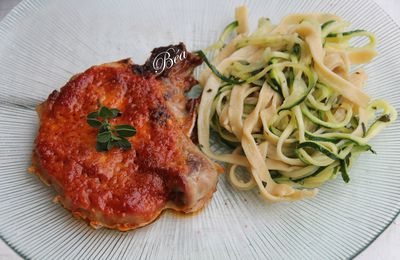 Côtes de porc au four au pesto rouge et duo de spaghetti