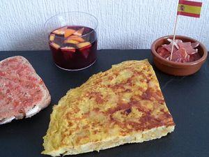 5 - Une fois cuite, faire glisser l'omelette dans une grande assiette. La découper en parts et servir aussitôt avec quelques fines rondelles de charcuterie espagnole (chorizo, jamon serrano), du pain à la tomate et une bonne sangria. Régalez vous !!