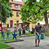 Es ist angerichtet im Veitshöchheimer Rathaushof für die Liveschalten des ARD-Morgenmagazins am frühen Montagmorgen anlässlich der Fußball-Europameisterschaft - Veitshöchheim News