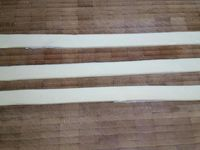 1 - Mettre votre four à préchauffer th 6 (180°). Couper les saucisses en rondelles, tailler des bandes dans la pâte feuilletée de 2 cm de largeur environ. Prendre 3 bandes d'égale longueur, les placer sur une plaque allant au four recouverte d'une feuille de papier sulfurisé, les souder entre elles en haut et les écarter en éventail à la base. Commencer la tresse en positionnant 1 rondelle de saucisse sur la tranche dans l'espace entre chaque bande de pâte, puis croiser les bandes de pâte en y insérant au fur et à mesure les rondelles de saucisse jusqu'au bout des bandes.