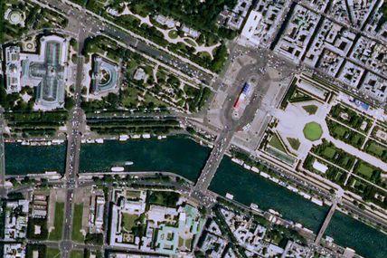 28 capitales européennes vues de l'espace et 28 drapeaux. A Paris, drapeau tricolore pour le défilé du 14 juillet