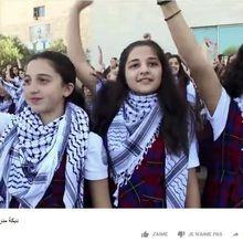 Des jeunes palestiniennes dansent