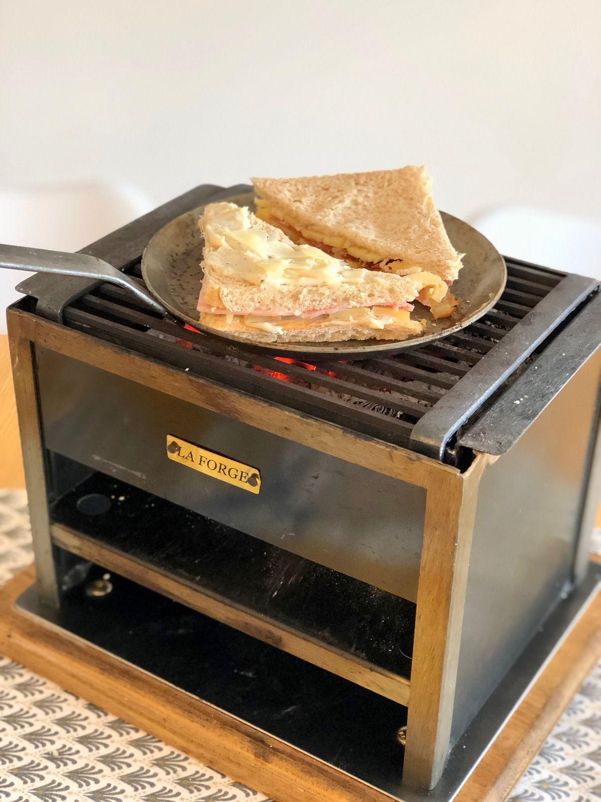 Il est aussi possible de mettre quelques minutes les croques sur la partie haute de l'appareil, afin de commencer la cuisson, et griller les pains du dessous.