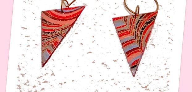Boucles d'oreilles dépareillées pendantes style bohème et graphique, métal bronze et papier sur support bois cartonné