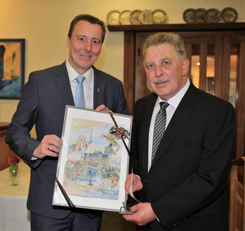 Zur Erinnerung an das Jubiläum überreichte Bürgermeister Jürgen Götz an den Verbandspräsidenten Wilhelm Bohlen das neue Veitshöchheim-Poster, das einen gebührenden Platz in den Traditionsräumen erhalten soll.