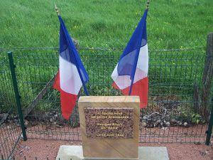 Ancienne et nouvelle plaque sur la commune de Bayet