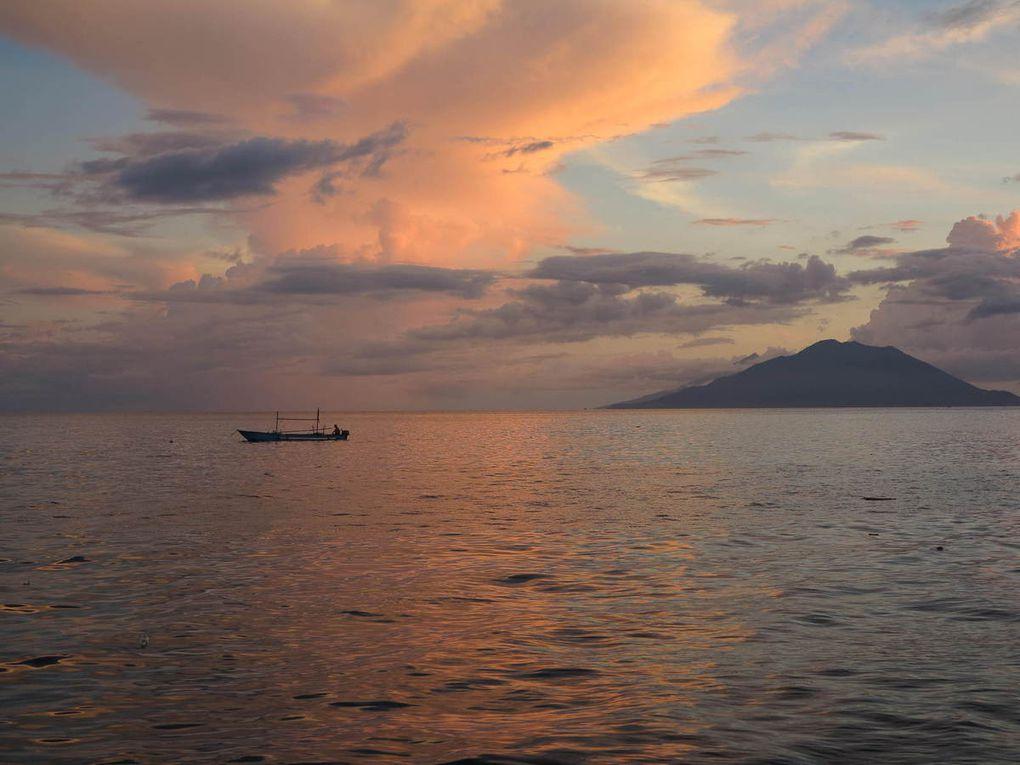 arrivée à l'île de Tidore; la jetée jaune du Sultan donnant sur le village de Soasio.