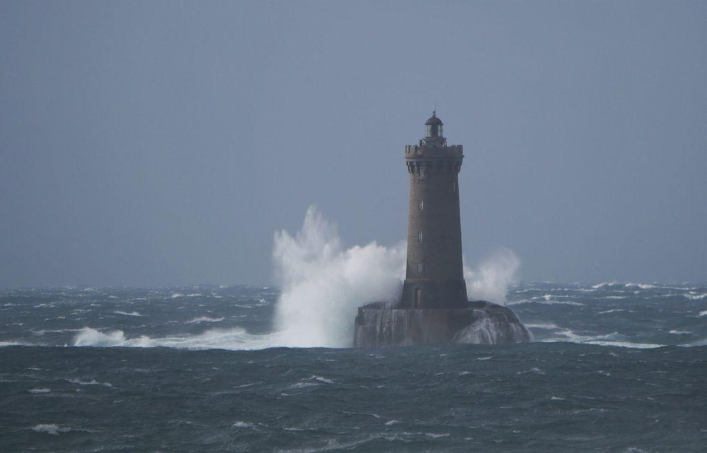 Dernières dias: le phare du Four. L'échelle humaine n'apparaît qu'à la dernière dia, et il faut bien regarder: elle donne une idée de la violence de cette tempête.