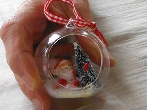 A table ; petite déco de Noël et nos plats. Entrées au choix.