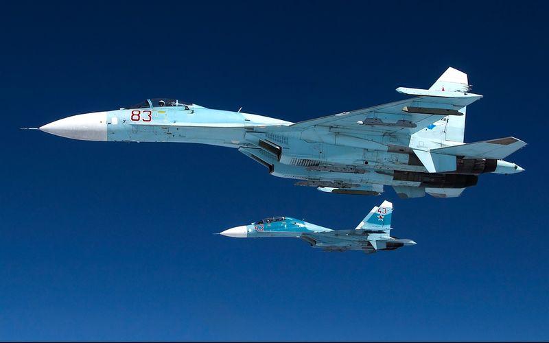 Un Su-27 russe vole à 30 mètres d'un avion de reconnaissance RC-135 de l'US Air Force