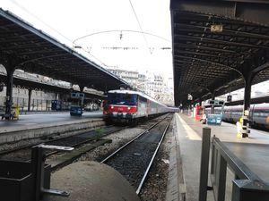 Le train Paris-Moscou entre en gare. La locomotive est française pendant le trajet du train en France. Ph. Delahaye.