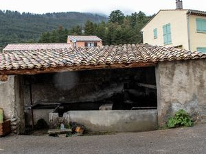 La Mure Argens , le toit du lavoir restauré