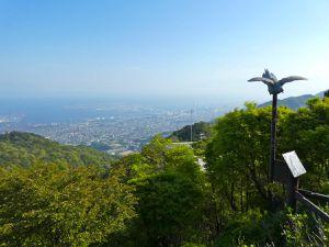 Vue sur l'est de Kobé et toute la baie d'Osaka qui se dessine au loin, puis sur l'ouest