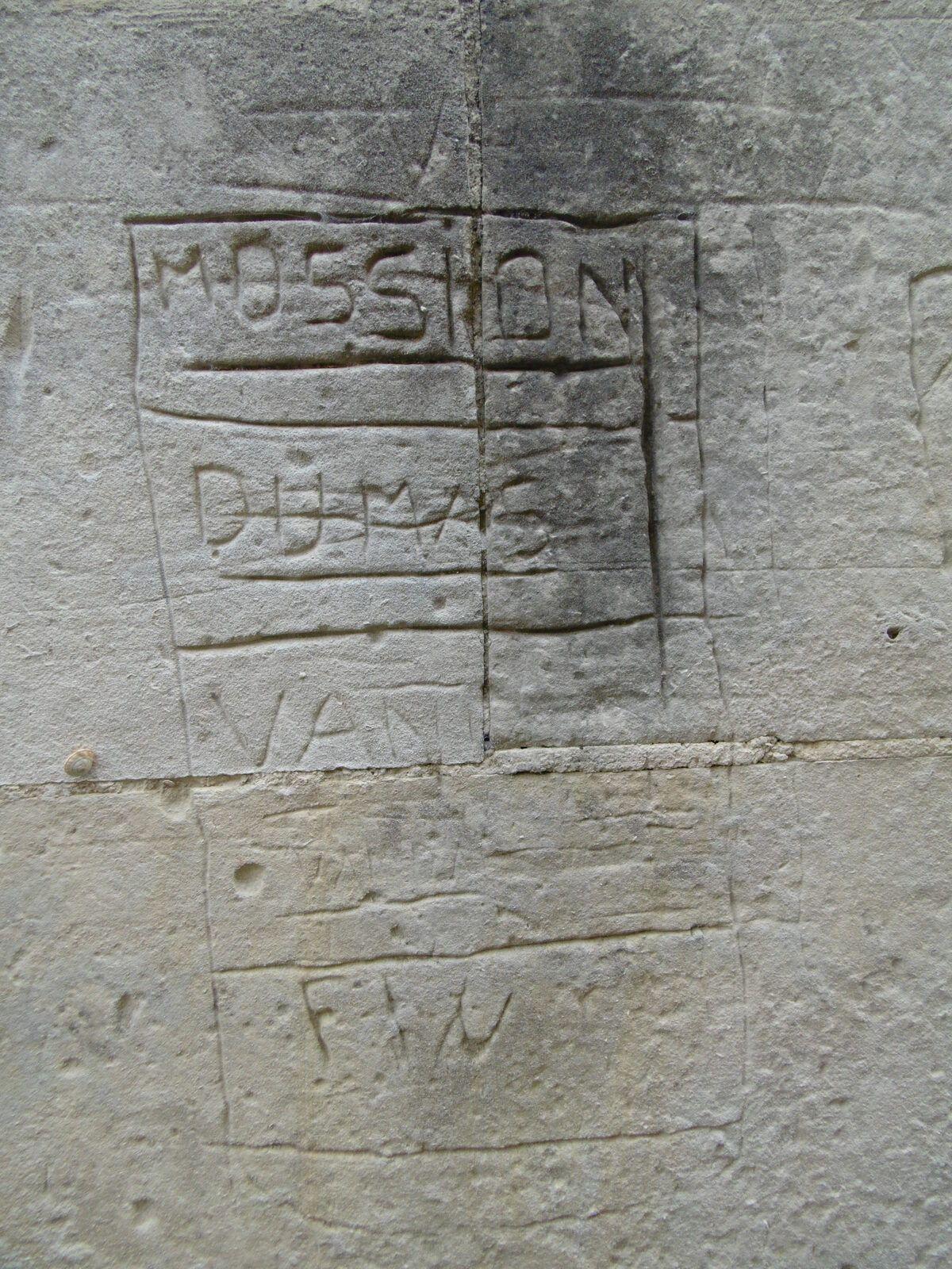 2 - Faubourg St Eutrope... Fruits, dépôts désagréables et graffiti... sous le regard de la basilique