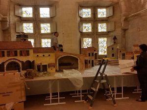 Montage de la grande crèche de Lise Berger dans la salle du haut du cloître St Trophime.