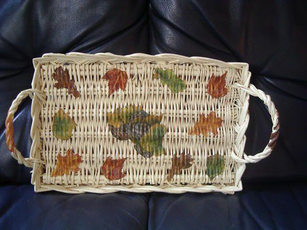 plateau, panier et corbeille en osier, peinture, collage de serviette